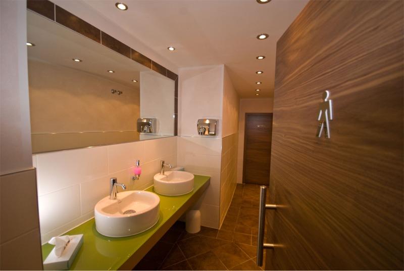 Gehobene Standards bei der Badrenovierung im Hotel umsetzen